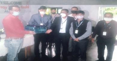देहरादून परिक्षेत्र के भारतीय स्टेट बैंक के उप-महाप्रबंधक बंशी लाल सैनी द्वारा अल्मोड़ा के करबला स्थित अलमोर लेप्रोसी मिशन हॉस्पिटल 'सामाजिक सेवा बैंकिग' के तहत कंबल और दीवार घड़ियां बांटी गईं।