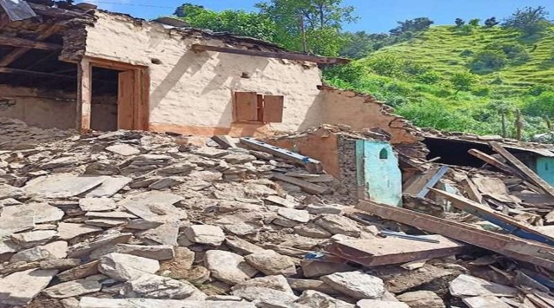 उत्तराखंड के पहाड़ी जिलों में लगातार हो रही बारिश ने कोहराम मचा रखा है। बागेश्वर के कपकोट ब्लाक में हो रही बारिश से भूस्खलन का खतरा मंडरा रहा है।