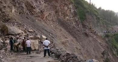 उत्तराखंड: 'हथेली' पर जान लेकर सफर करने को लोग मजबूर! चंपावत-टनकपुर के बीच मलबा गिरने का सिलसिला जारी