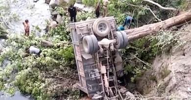 अल्मोड़ा से दुखद खबर! गहरी खाई में गिरा डंपर, ड्राइवर की मौके पर ही मौत, परिवार में पसरा मातम