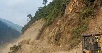 चमोली में हाईवे चौड़ीकरण के दौरान पहाड़ी से मलबा और बोल्डर गिरने से बदरीनाथ राष्ट्रीय राजमार्ग कर्णप्रयाग के पास बाधित हो गया है।