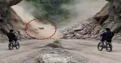 उत्तराखंड: पहाड़ से 'मौत' बनकर गिर रहा था मलबा, लेकिन वीडियो बनाने में मस्त था ये युवक