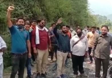 टिहरी जिले के चम्बा-नागणी बहेड़ा मोटरमार्ग पर घटिया डामरीगरणा का आरोप लगाते हुए स्थानीय लोगों ने प्रदर्शन किया।