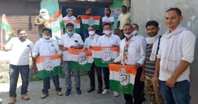 अल्मोड़ा कांग्रेस ने जिलाध्यक्ष बीरेंद्र रावत और थराली से पूर्व कांग्रेस विधायक प्रोफेसर जीतराम के नेतृत्व में कांग्रेस कार्यकर्ताओं ने प्रदर्शन किया।
