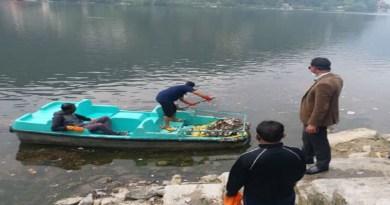 नैनीताल की प्रसिद्ध नैनी झील की प्रशासन की तरफ से सफाई कराई गई है। नाव से झील के किनारों पर फेंके गए कचरे को बाहर निकाला गया।