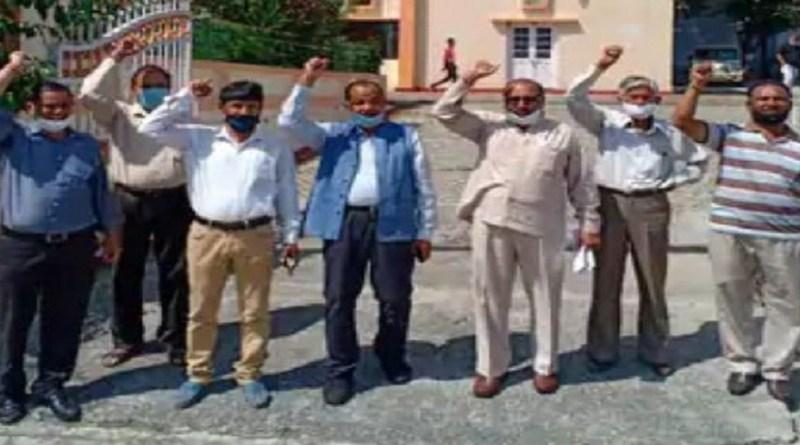 उत्तराखंड क्रांति दल ने पिथौरागढ़ में सोमवार को प्रदेश सरकार के खिलाफ प्रदर्शन किया। यूकेडी की मांग है कि पहाड़ी इलाकों में सीट बेल्ट की बाध्यता हटाई जाए और जल संस्थान द्वारा मनमाने तरीके से बिल भेजे जाने पर रोक लगे।