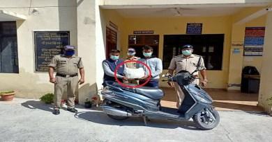 अल्मोड़ा पुलिस ने नशे के सौदागरों पर शिकंजा कसा है। दुपहिया वाहन से चरस की तस्करी कर रहे दो युवकों को पुलिस ने गिरफ्तार किया है।