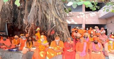 पवित्र छड़ी चारधाम और प्राचीन मंदिरों की यात्रा करने के बाद माया देवी मंदिर पहुंच गई है। संत समाज ने फूल माला पहनाकर छड़ी का स्वागत किया।