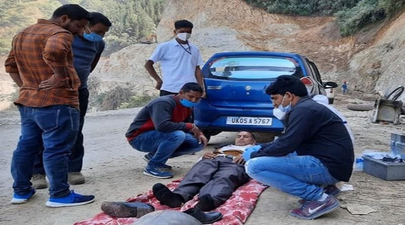 पिथौरागढ़ के गुरना से परेशान करने वाली तस्वीर सामने आई है। यहां पर हार्ट का मरीज काफी देर तक इलाज के लिए तपड़ता रहा, लेकिन सड़क को नहीं खोला गया।