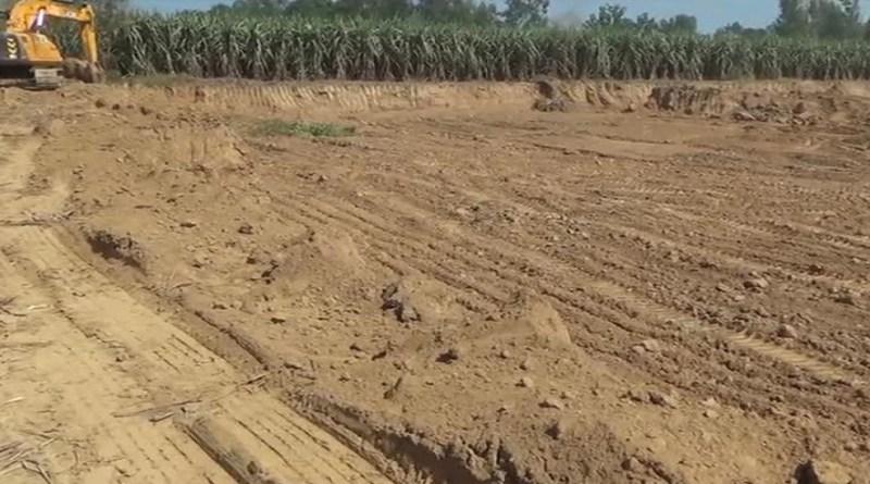 रुड़की के कलियर थाना इलाके के खेड़ा गांव में खनन माफिया मिट्टी का अवैध खनन बेखौफ कर रहे हैं। इन्हें प्रशासन का भी कोई खौफ नहीं हैं।