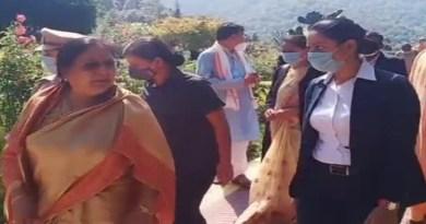 उत्तराखंड की राज्यपाल बेबी रानी मौर्य ने चंपावत में अपने दो दिवसीय दौरे के पहले दिन सोमवार को लोहाघाट के अद्वैत आश्रम मायावती पहुंचीं।