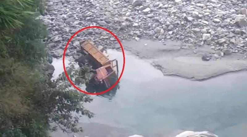 उत्तरकाशी से दुखद खबर है। मनेरी झील के पास एक डंपर भागीरथी नदी में बेकाबू होकर जा गिरा। ड्राइवर की लाश डंपर से बरामद की गई।