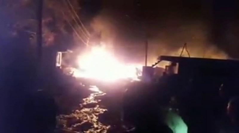 उत्तरकाशी के मोरी विकासखंड में आग का तांडव देखने को मिला है। नैटवाड़ बाजार में लगी भीषण आग में तीन दुकानें जलकर राख हो गई हैं।