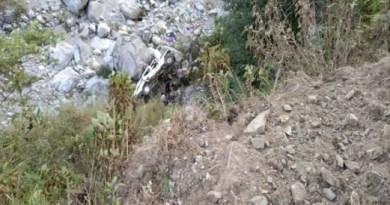 उत्तराखंड के चमोली में दर्दनाक सड़क हादसा हुआ है। नंदप्रयाग-घाट के पास बोलरो बेकाबू होकर गहरी खाई में गिर गई।