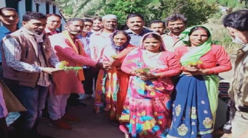 अल्मोड़ा के सोमेश्वर में कांग्रेस पार्टी को बड़ा झटका लगा है। पार्टी के 25 से ज्यादा कार्यकर्ताओं ने हाथ का साथ छोड़कर बीजेपी का दामन थाम लिया है।