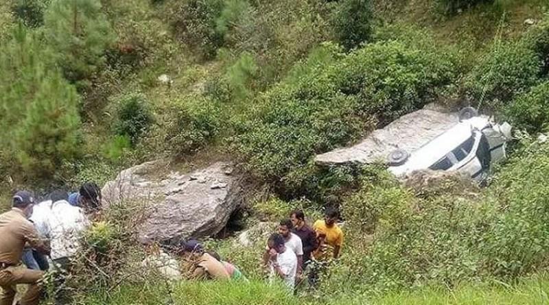 अल्मोड़ा जिले में कार हादसे में पति-पत्नी की दर्दनाक मौत हो गई है। महिला भैया दूज पर अपने भाई को टीका करने के बाद पति के साथ घर वापस लौट रही थी।