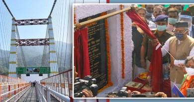 मुख्यमंत्री त्रिवेंद्र सिंह रावत ने टिहरी जिले के गंगा नदी पर मुनि की में 48.85 करोड़ लागत के 346 मीटर लंबे पैदल झूला जानकी सेतु का लोकार्पण किया।
