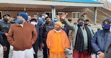 उत्तराखंड यात्रा पर आए यूपी के सीएम योगी आदित्यनाथ मंगलवार को 'देश के आखिरी गांव' माणा पहुंचे।