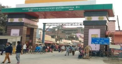चंपावत में भारत और नेपाल के बीच अंतरराष्ट्रीय सीमा को खोलने की मांग तेज हो गई है। बनबसा के व्यापारियों ने प्रदर्शन कर भारतीय व्यापारियों को नेपाल में निर्बाध प्रवेश की मांग की।