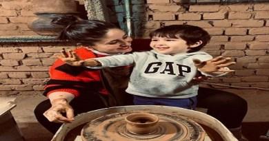 इन दिनों पहाड़ों में अभिनेंत्री करीना कपूर अपने बेटे तैमूर और पति सैफ अली खान के साथ छुट्टी का आनंद ले रही हैं।