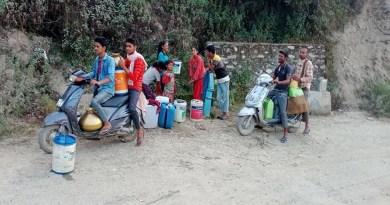 धनोल्टी के थौलधार विकासखंड के ढरोगी गांव में पानी की किल्लत से लोग परेशान हैं। गांव के लोगों को मीलों दूर हैंडपंप से पानी लाना पड़ रहा है।