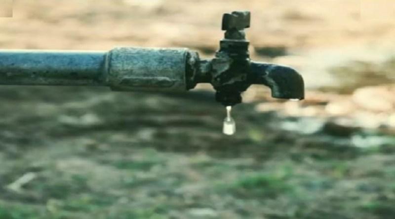 पिथौरागढ़ मुख्यालय में पानी की किल्लत शुरू हो गई है। तीन-तीन बड़ी पेयजल योजनाएं होने के बावजूद लोग बूंद-बूंद को तरस गए हैं।