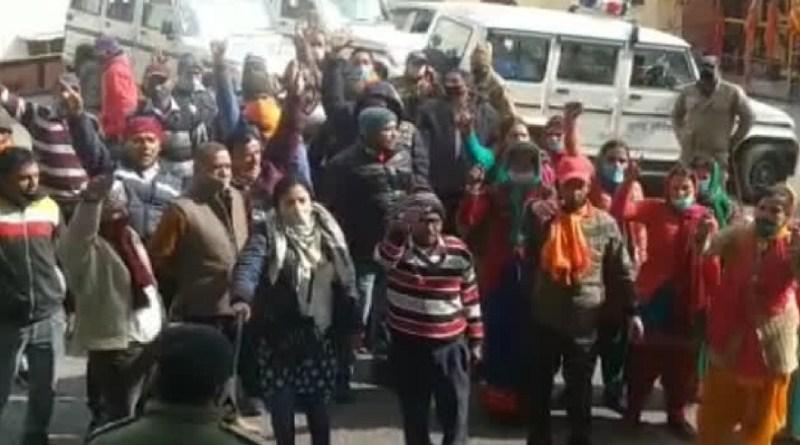 दीपक हत्या कांड: चमोली पुलिस के हाथ अबतक खाली, गुस्साए ग्रामीणों ने डीएम दफ्तर के बाहर किया प्रदर्शन