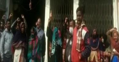 उधम सिंह नगर: वेतन न मिलने से नाराज सफाई कर्मचारियों ने जमकर किया प्रदर्शन, पालिका गेट पर की तालाबंदी