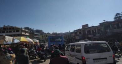 चंपावत के स्टेशन बाजार में इन दिनों जाम लोगों के लिए बड़ी सिरदर्दी बन गया है। यहां तक कि यातायात सुरक्षा को ध्यान में रखते हुए पुलिस ने जो पोस्ट बनाए उसका भी कोई असर दिखाई नहीं दे रहा है।