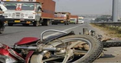 उत्तराखंड के नैनीताल में ट्रैक्टर-ट्रॉली ने एक बाइक सवार को कुचल दिया। हादसे में बाइक सवार की मौके पर ही मौत हो गई।