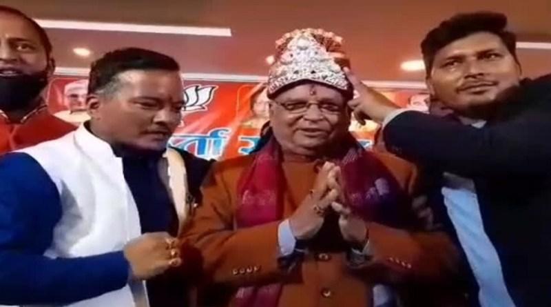 अल्मोड़ा पहुंचे बीजेपी प्रदेश अध्यक्ष बंशीधर भगत को कांग्रेसियों ने काले झंडे दिखाए तो वहीं, दूसरी ओर बीजेपी कार्यकर्ताओं ने उनका जोरदार स्वागत किया।