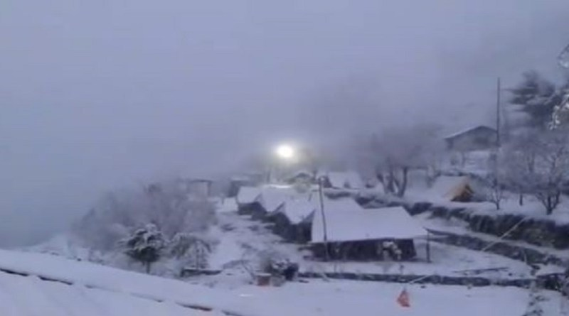 जनवरी के महीने में पहाड़ी इलाकों में जोरदार बर्फबारी हो रही है। हर तरफ बर्फ की चादर बिछी है। बर्फबारी का मजा लेने सैलानी भी बड़ी तादाद में पहाड़ी इलाकों में घूमने जा रहे हैं।