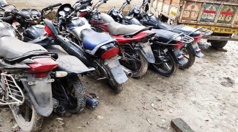 उधम सिंह नगर में पुलिस ने चोरी की चार मोटरसाइकिल के साथ तीन चोरों को गिरफ्तार किया है।