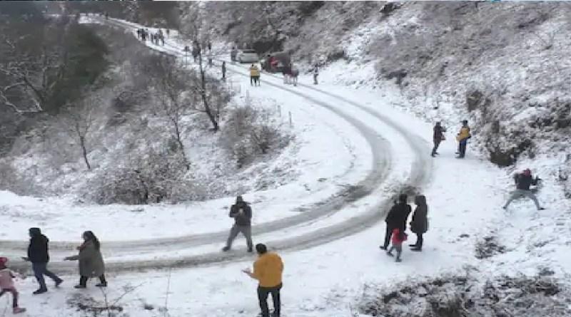 उत्तराखंड: आखिरकार नैनीताल में हुई सीजन की पहली बर्फबारी, खिल उठे पर्यटकों के चेहरे