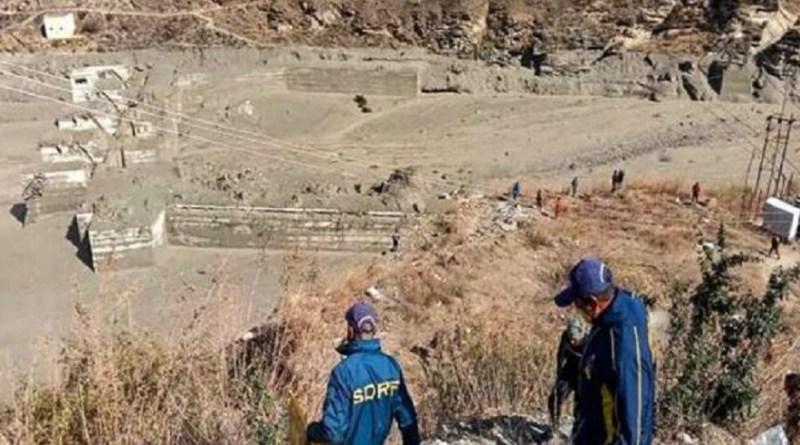 चमोली में आई आपदा के एक हफ्ते बाद भी अपनों की तलाश जारी है। अब तक 50 से भी ज्यादा शव बरामद हो चुके हैं। जबकि 150 से ज्यादा लोग अब भी लापता बताए जा रहे हैं।