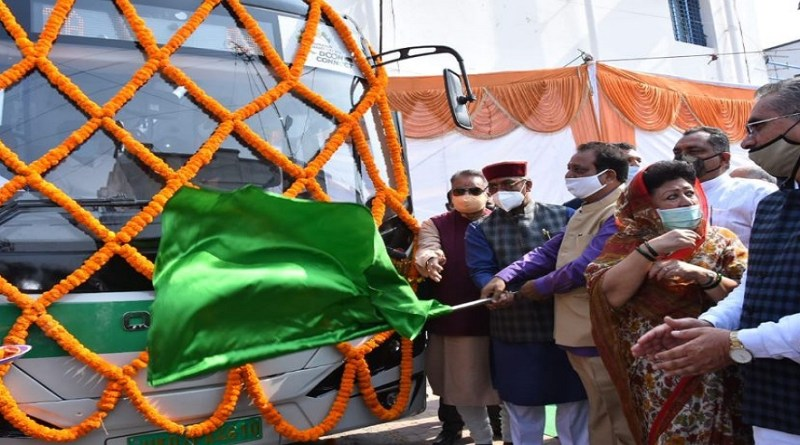 ख्यमंत्री त्रिवेंद्र सिंह रावत ने राजधानी देहरादून के लोगों को सौगात दी है। पर्यवारण को बेहतर करने और लोगों के सफर को सुगम और सुलभ बनाने के लिए सीएम ने रविवार को पांच बसों को हरी झंडी दिखाकर रवाना किया। फ्यूचर में शहर में इस तरह की और भी बसें चलाई जाएंगी।