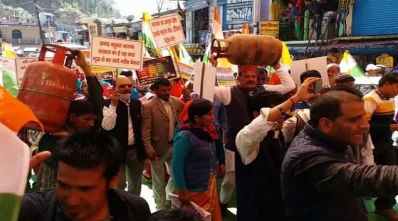 महंगाई के खिलाफ उत्तराखंड में कांग्रेस का प्रदर्शन लगातार जारी है। टिहरी गढ़वाल में महिला कांग्रेस ने पेट्रोल-डीजल के साथ रसोई गैस के बढ़ते दामों के खिलाफ प्रदर्शन किया।