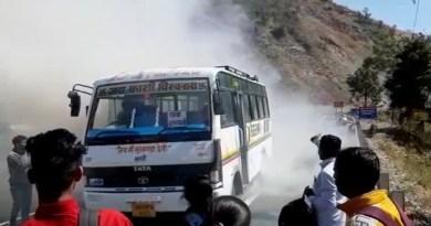 ऋषिकेश-गंगोत्री एनएच-94 पर बस में अचानक आग लगने से हड़कंप मच गया। बस में आग लगते ही बस में बैठे सवारियों में अफरा तफरी मच गई।