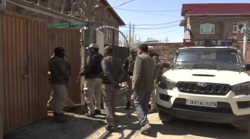 जम्मू-कश्मीर के श्रीनगर के नौगाम में बीजेपी नेता अनवर खान के घर पर आतंकियों ने हमला किया है। इस हमले में पहरेदार की मौत हो गई है।