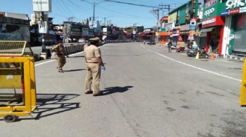 उत्तराखंड सरकार ने भी रविवार को राजधानी देहरादून समत उन 12 जिलों में कर्फ्यू लगाने का आदेश जारी किया है, जहां कोरोना के सबसे ज्यादा केस सामने आ रहे हैं।