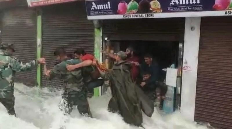 उत्तराखंड: देवदूत बनकर आए सेना के जवान, सड़क पर पानी के तेज बहाव के बीच बचाई कई लोगों की जान, देखें VIDEO