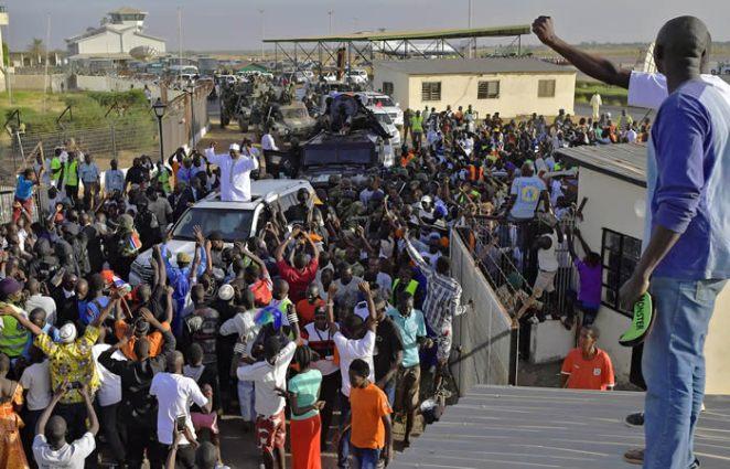 Barrow-arrives-Gambia2