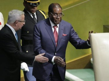 "Watch Video Of A Zimbabwean Man ""Dramatising"" How Frail Mugabe Struggled To Walk To UN Podium"