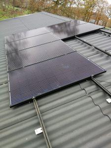 dak met deel zonnepanelen
