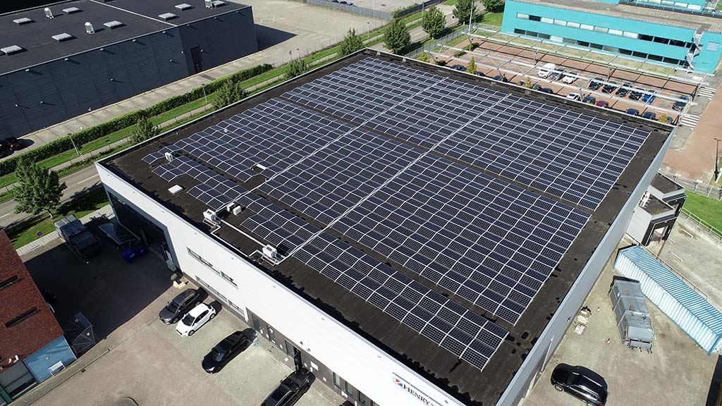 Dak met zonnepanelen door NewSolar en SDE++
