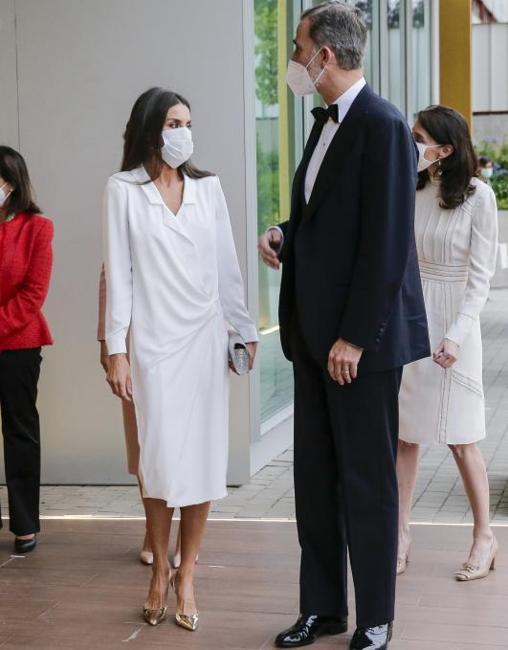 Doña Letizia in a very stylish white dress at the Vocento headquarters.