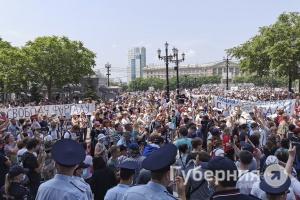 Тридцатиградусная жара не помешала десяткам тысяч хабаровчан выйти на акцию в защиту губернатора Фургала