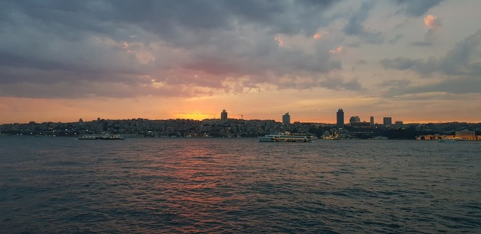 Движение по Босфору в районеСтамбула остановили из-за аварии с танкером
