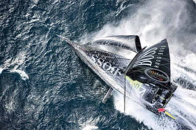 Alex Thomson rubrica novo recorde de navegação em 24 horas
