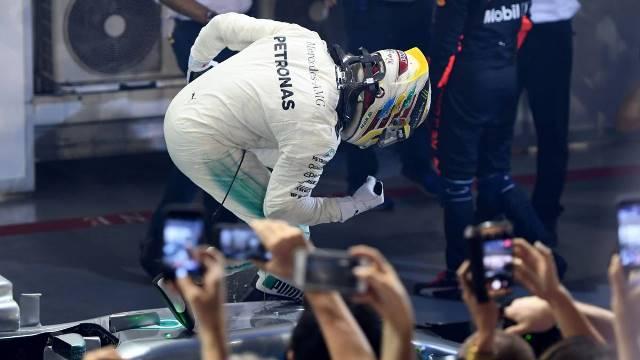 Vettel oferece o Campeonato numa bandeja a Hamilton